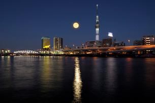 満月の隅田川夜景の写真素材 [FYI01443928]