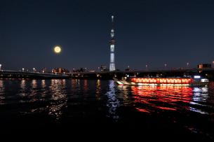 隅田川の満月と東京スカイツリーと屋形船の写真素材 [FYI01443974]
