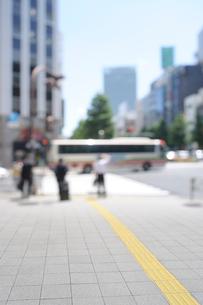 石畳の歩道と信号待ちの人々の写真素材 [FYI01443999]