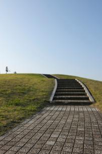 鶴牧山の頂上へ続く石畳の遊歩道の写真素材 [FYI01444000]