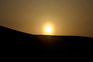 鶴牧山の夕日の写真素材 [FYI01444031]