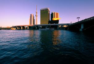 隅田川と夕日に輝く東京スカイツリーと高層ビルの写真素材 [FYI01444185]