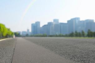 早朝の皇居前広場と虹と都心の高層ビル群の写真素材 [FYI01444196]