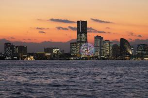 夕暮れの横浜港の写真素材 [FYI01444227]