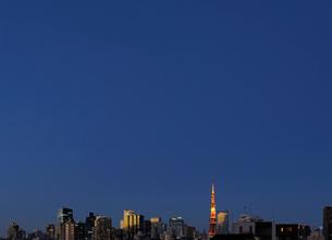 夕日に輝く東京タワーと高層ビルの写真素材 [FYI01444272]