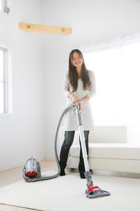 掃除機をかける女性の写真素材 [FYI01444312]