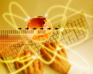 光と地球イメージとキーボードを打つ手の写真素材 [FYI01444350]