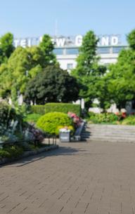 山下公園の遊歩道とホテルの写真素材 [FYI01444378]
