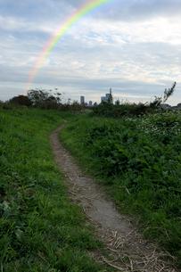 虹と多摩川河川敷の散歩道の写真素材 [FYI01444404]