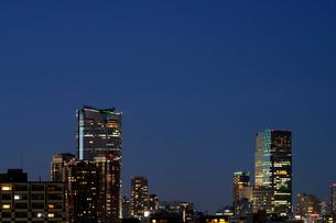 三田のマンションの階上から見る夕日に輝く高層ビル群の写真素材 [FYI01444418]