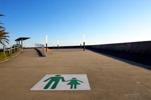 舞浜海岸遊歩道の路面標示の写真素材 [FYI01444468]