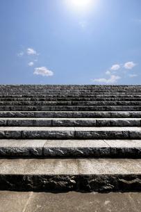 空と石の階段の写真素材 [FYI01444633]