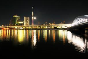 満月の隅田川夜景の写真素材 [FYI01444692]