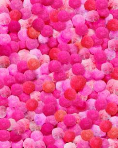 一面のピンクの毛糸のボンボンの写真素材 [FYI01444708]