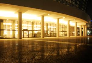 パシフィコ横浜国立大ホールの灯りと石畳の広場の写真素材 [FYI01444812]