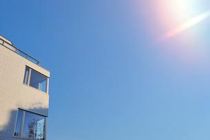 日当りの良い二階建ての家屋の写真素材 [FYI01444841]