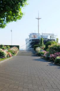 山下公園の遊歩道と氷川丸の写真素材 [FYI01445114]