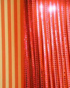 オレンジ色のカーテンの写真素材 [FYI01445341]