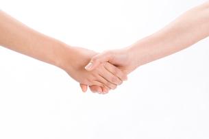 握手する女性の手の写真素材 [FYI01445415]