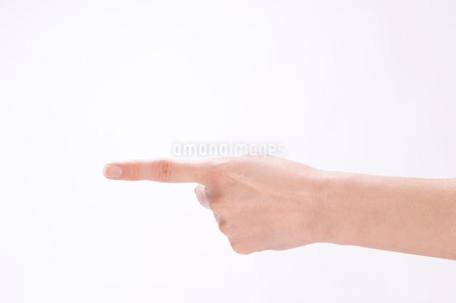 指差す女性の手の写真素材 [FYI01445423]