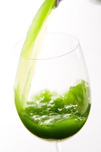 グラスに注ぐ青汁の写真素材 [FYI01445495]