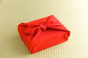 風呂敷包みの贈答品イメージの写真素材 [FYI01445640]