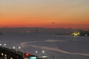暁の多摩川河口と旅客機の写真素材 [FYI01445723]