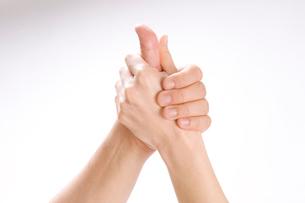 握った男女の手の写真素材 [FYI01445750]