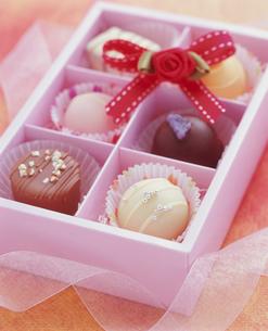 箱に入ったチョコレートの写真素材 [FYI01445953]