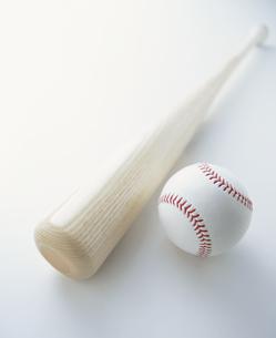 野球ボールとバットの写真素材 [FYI01445968]