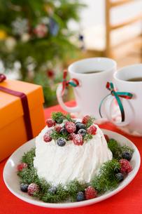 リボンが付いたカップとクリスマスケーキの写真素材 [FYI01446069]