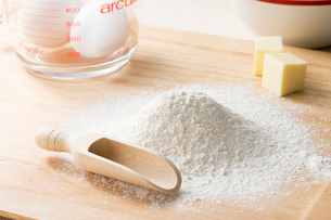 お菓子作りの小麦粉と卵の写真素材 [FYI01446200]
