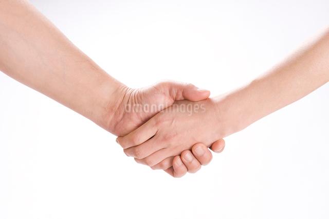 握手する男女の手の写真素材 [FYI01446249]