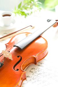 バイオリンと楽譜の写真素材 [FYI01446325]