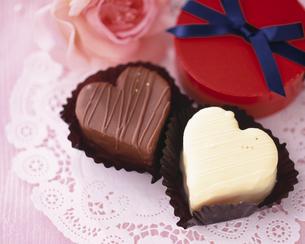 2個のハート型のバレンタインチョコレートの写真素材 [FYI01446364]
