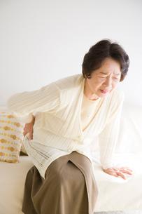 腰を押さえるシニア女性の写真素材 [FYI01446475]