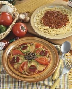 ピザとスパゲッティーとトマトの写真素材 [FYI01446563]