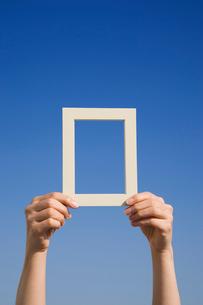 フレームを持つ女性の手 青空の写真素材 [FYI01446668]