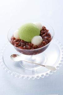 白玉団子とあずきと抹茶アイスの写真素材 [FYI01446716]