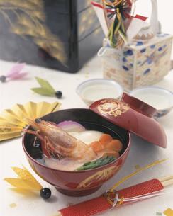 丸餅とエビの入ったお雑煮の写真素材 [FYI01446734]