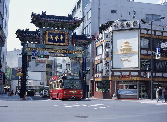 横浜中華街を走る周遊バスあかいくつの写真素材 [FYI01446776]