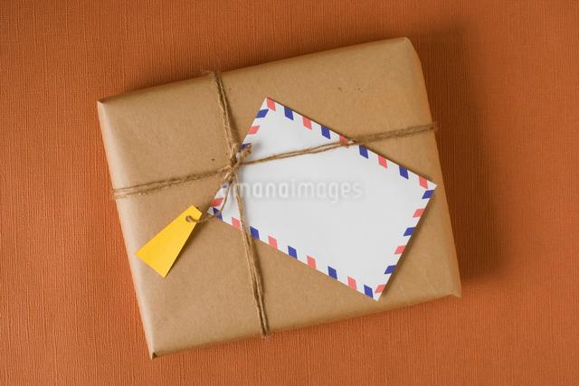 小包とエアメールの写真素材 [FYI01447097]