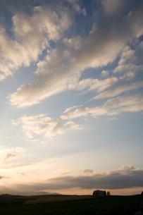 丘と夕やけ雲の写真素材 [FYI01447250]