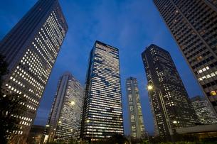 高層ビル群の夜景の写真素材 [FYI01447351]