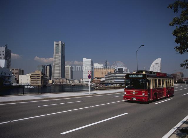 みなとみらいを走る周遊バスあかいくつ号の写真素材 [FYI01447737]