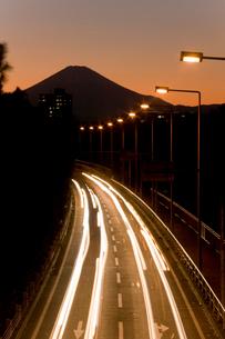 富士山と流れるヘッドライトの写真素材 [FYI01449201]