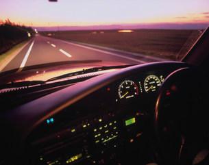 夕ぐれの車のコクピットの写真素材 [FYI01449820]
