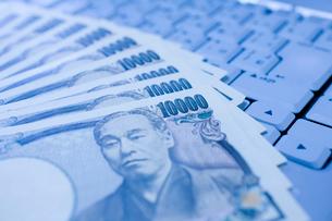 一万円とキーボードの写真素材 [FYI01449859]