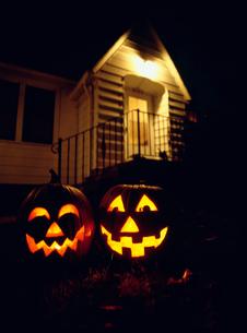 ハロウィン 火を灯したかぼちゃの写真素材 [FYI01449869]