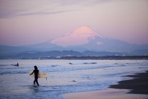朝のサーファーと富士山の写真素材 [FYI01449995]